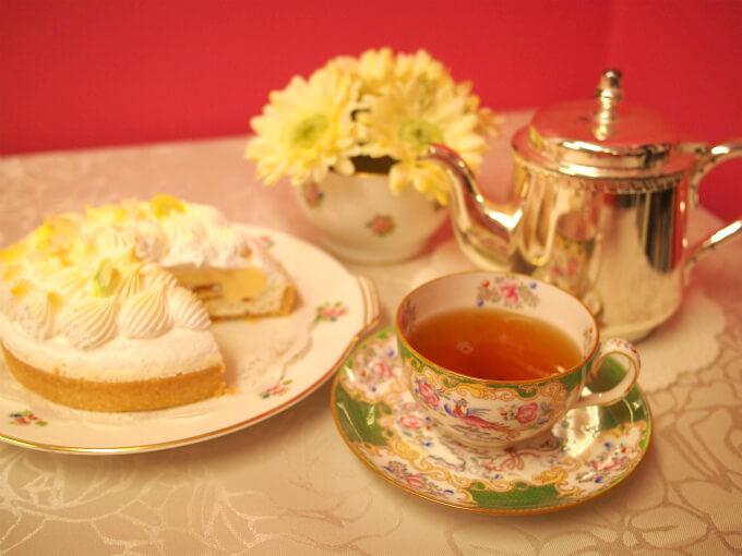 カップ&ソーサーはミントンのグリーンコカトリス。ケーキのプレートと花器もミントンでこちらはヴィンテージで小花柄のものです。