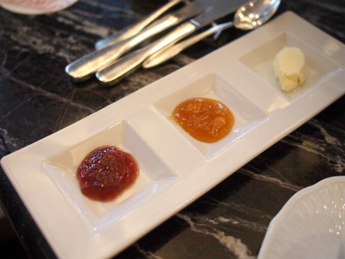 スコーンのスプレッドは苺ジャムとアプリコットジャムとクロテッドクリーム