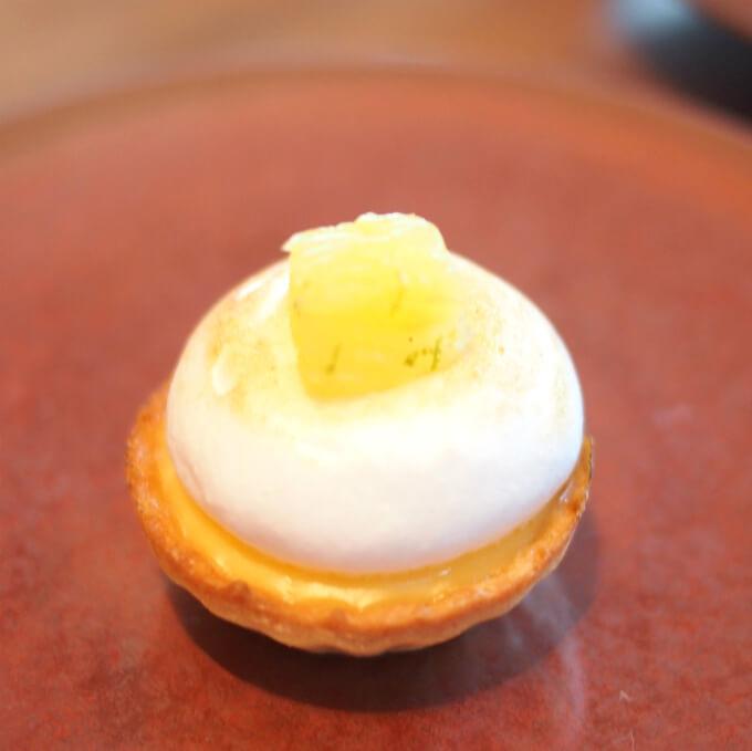 レモングラスのタルト イタリアンメレンゲ上に乗っているのはパイナップルのコンポート