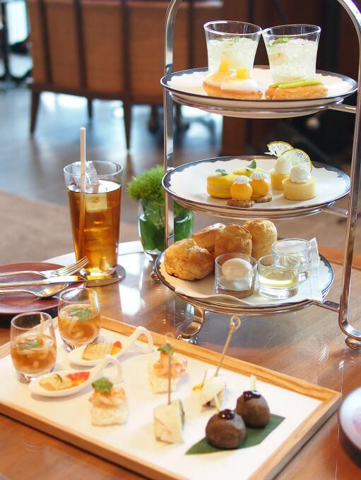 アンダーズ東京「ザ・タヴァン グリル&ラウンジ」の2人分のレモングラスアフタヌーンティーセット
