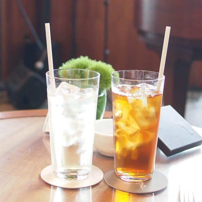 アンダーズはすべての紅茶をアイスティーにしてもらえます。左はレモングラス右はジンジャーピーチ