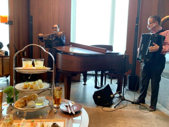 今回はピアノの目の前の席でのアフタヌーンティーでした。オーシャンゼリゼ!やラヴィアンローズなどシャンソンの名曲の生演奏を間近で楽しめました!