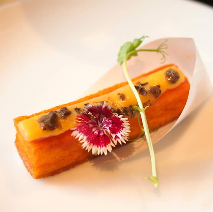 トマト風味のパンペルデュ トリュフファータ添えエディブルフラワーがナデシコ!!!さすが和モダンにこだわっているホテルです!!!