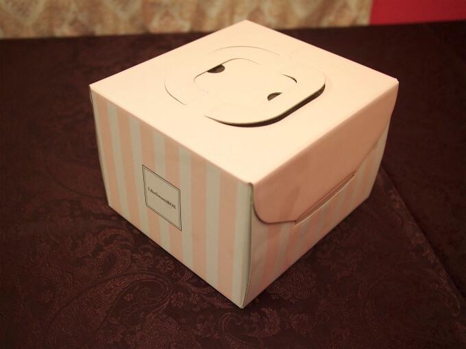 ホールケーキはこんなBOXで届きます。