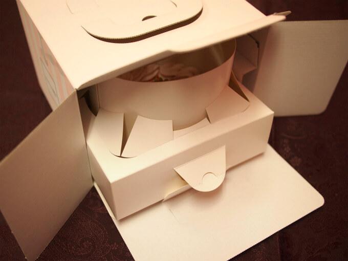 箱を開けるとケーキカバーが見えます。これがとても優秀!