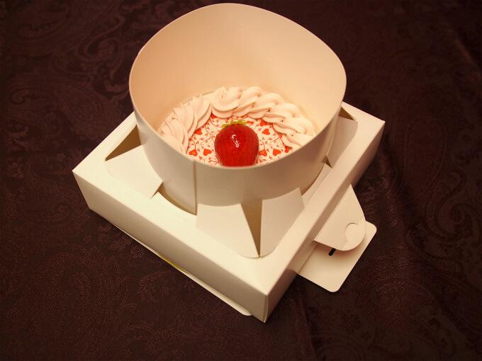 ケーキカバーの取っ手をひっぱってケーキを取り出して