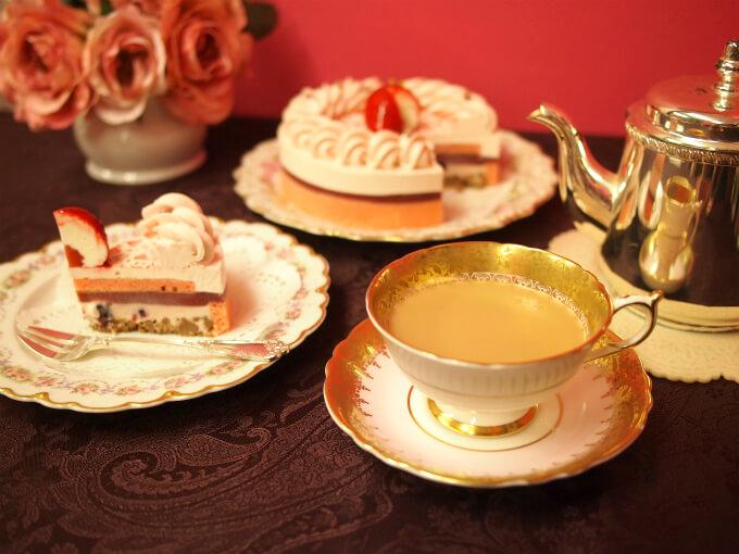 ケーキを乗せたプレートは両方ともリモージュ。カップ&ソーサーはパラゴンのアンティークです。