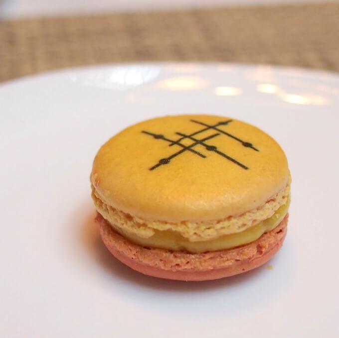 ストリングス・セレクト 限定マカロン:ジャルダン アンダルジャルダン アンダルもピエールエルメのオリジナルフレーバー。マンダリン風味オリーブオイルガナッシュとフリュイルージュ(赤い果実)の組み合わせです。