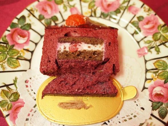 「ミロワール・カシス」の断面。ムースケーキなのでゆるゆるしていて、半分にカットしたら倒れてしまいました。