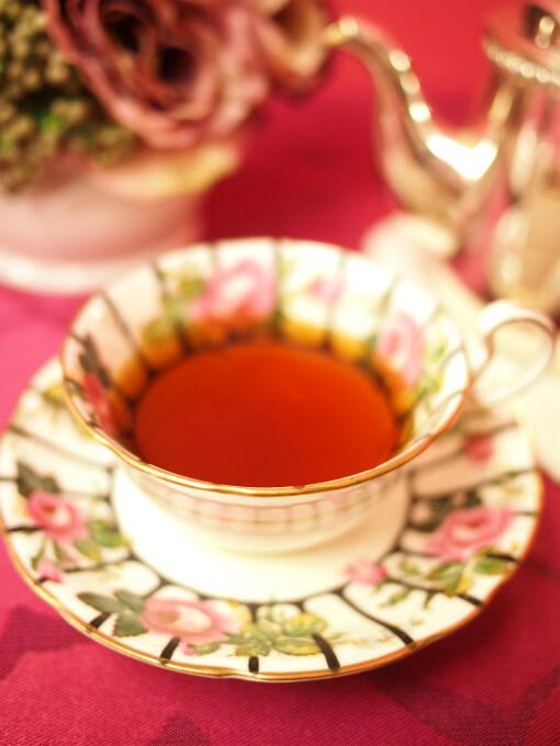 ディンブラの水色(すいしょく)は紅茶らしい鮮紅色(せんこうしょく)です。