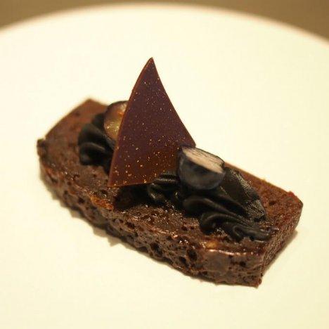媚薬のように濃厚なチョコレートブラウニー ブラックベリー添え