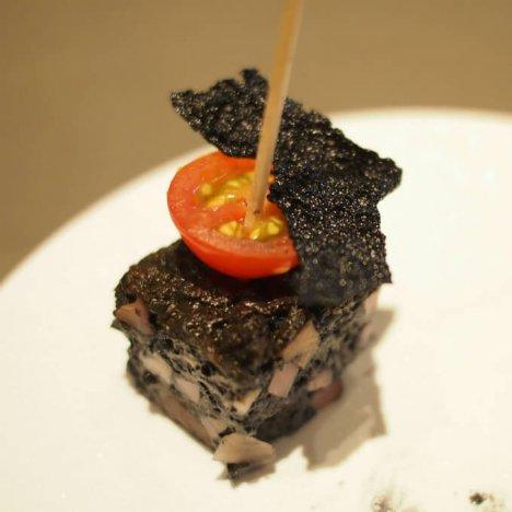 根菜の黒いキッシュ