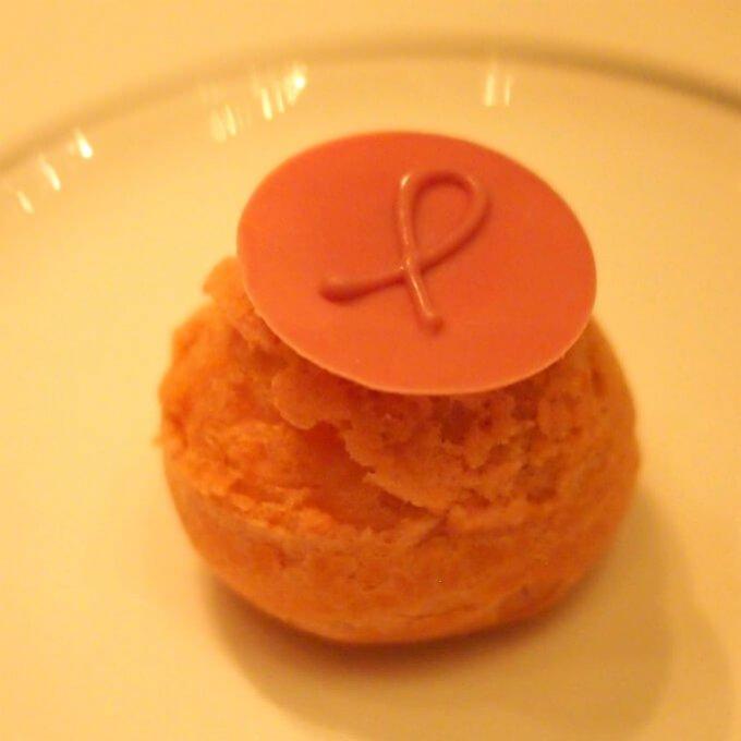 栗のアイスとレッドカラントのプロフィットロールピンクリボンのロゴマークがあしらわれていました!