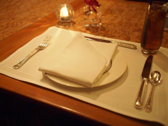 取り皿はビレロイ&ボッホでペニンシュラのオリジナル。カトラリーはロバーツ