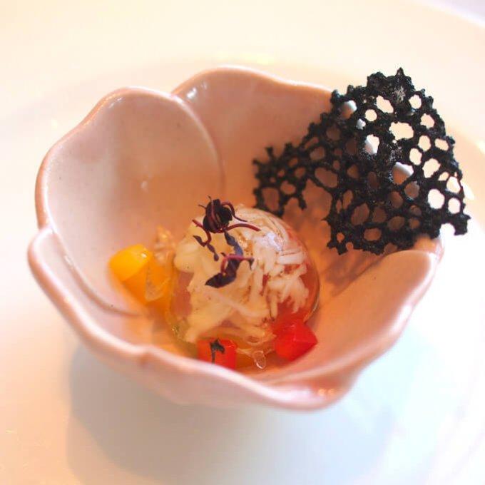 炙りタラバ蟹の静岡県産トマトゼリーかけ 竹炭のチュイル小さいのに蟹の風味がとっても感じられて美味しかったです。