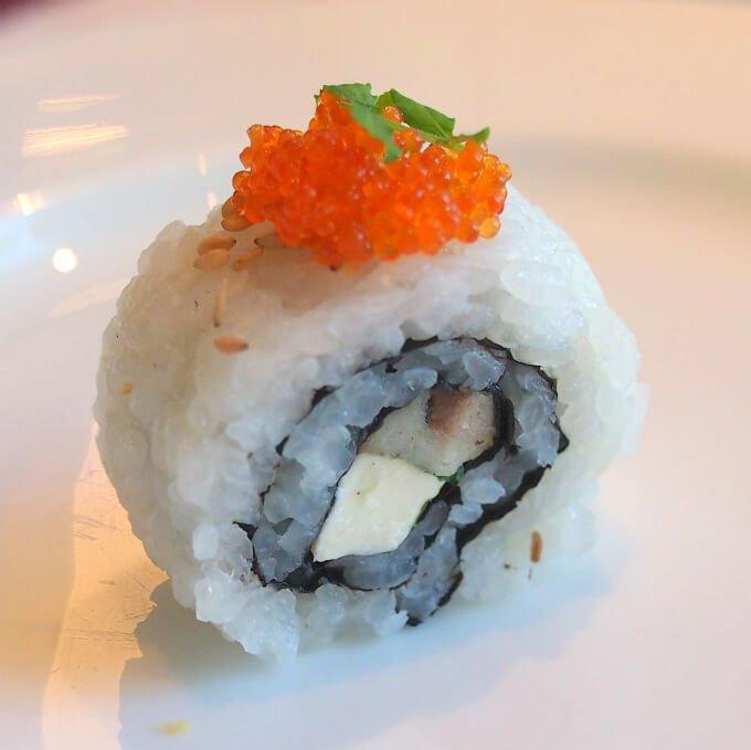 宮城県産秋刀魚のコンフィ 大葉とクリームチーズのロール寿司 とびっこ添え秋刀魚をアフタヌーンティーで食べたのは初めてかも!