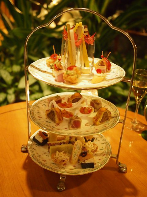ホテル椿山荘東京「イブニングハイティー」の3人分のティースタンド。ティースタンドに乗っているのは全てセイボリー。ハイティーはこの他、メインディッシュ、デザート、ドリンク2種がセットになっています。