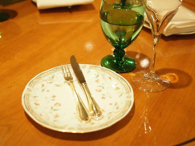 お取り皿もティースタンドのプレートも花更紗で統一されています。