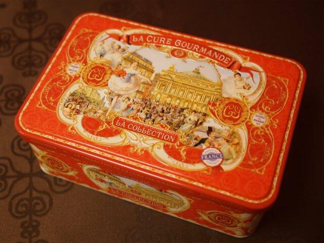 チョコレートビスケットの赤い缶にはパリのオペラ座が描かれていました!