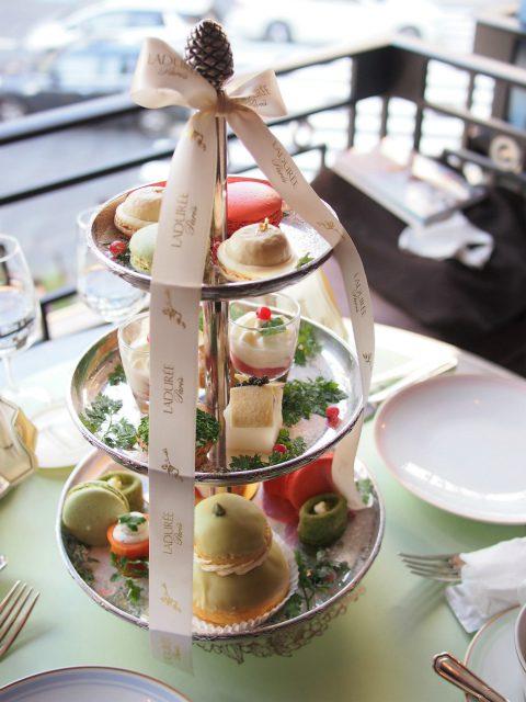 ラデュレクリスマスアフタヌーンティー2人分のティースタンドこの他、前菜と紅茶とジュースが付きます。