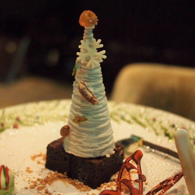 チョコレートブラウニーはコーンのクリスマスツリーの下にありました。