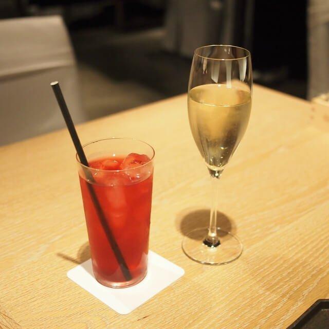 レッドフルーツのアイスティーとスパークリングワイン
