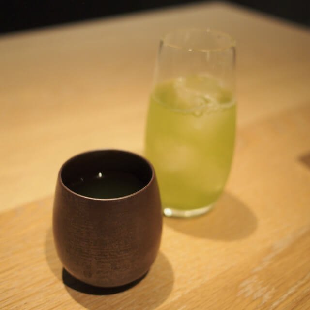 嬉野茶このお店は煎茶の種類が豊富。お煎茶はすべて温かいものと冷茶をセットで提供してくれました。