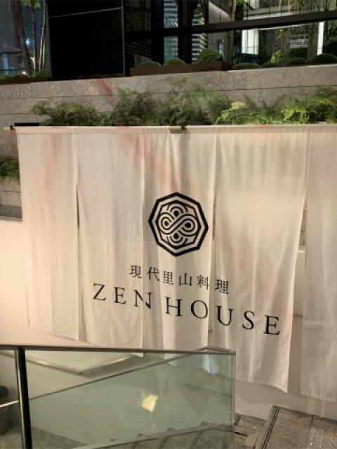 ホテルのエントランスを入るとすぐ左手に「現代里山料理 ZEN HOUSE」に行く階段があります。