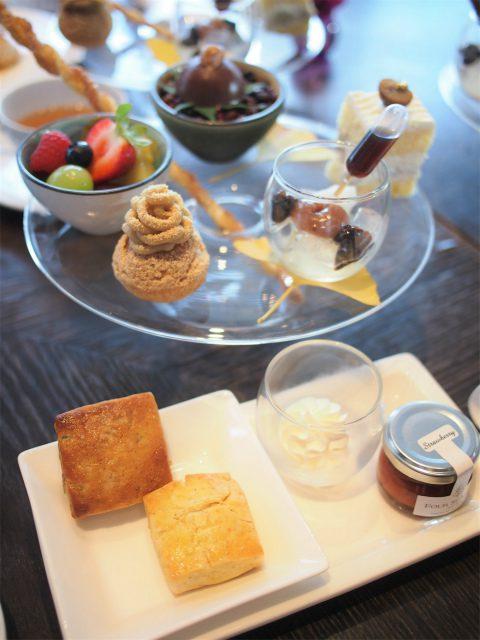 フォーシーズンズホテル丸の内 「MOTIF」のアフタヌーンティー1人分のスイーツとスコーン。この他、セイボリープレートとデザートが付きます。