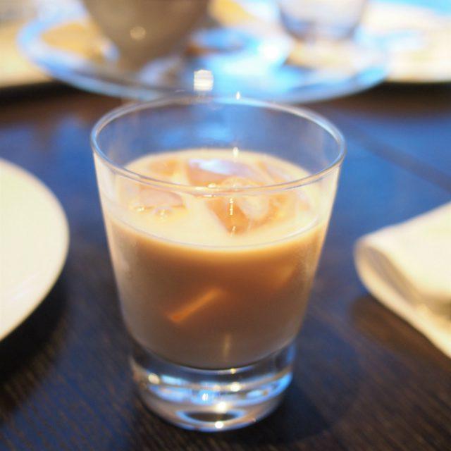 アイリッシュモルトミルクのアイスティー。MOTIFはどの紅茶もアイスティーにしてもらえます。