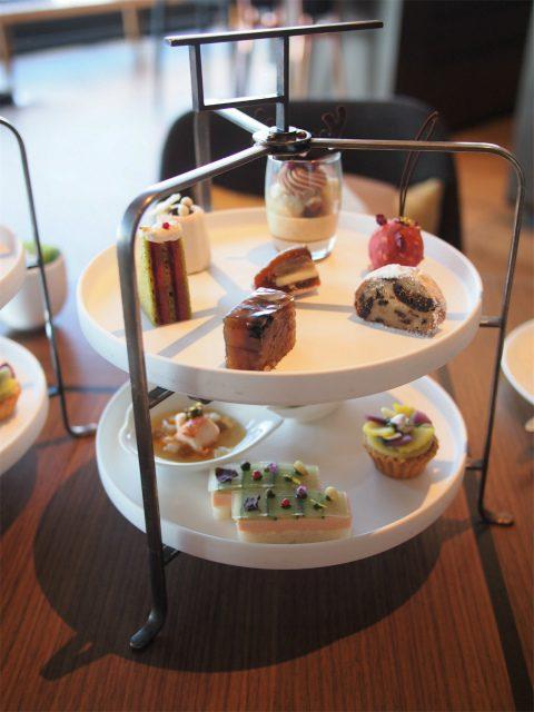 フォーシーズンズホテル東京大手町「ザ ラウンジ」フェスティブアフタヌーンティー1人分のティースタンド。この他スコーンも付いてます。