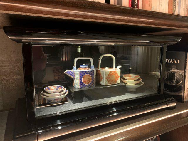 本棚の間には食器もたくさん飾られていました。