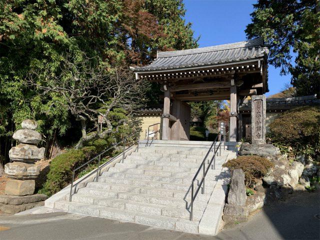 こちらは浄明寺の山門。入ってすぐのところで拝観料100円をお支払いします。