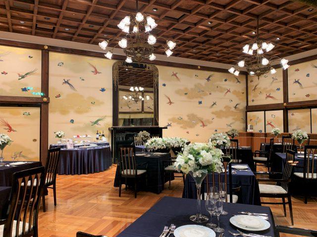 「ラウンジkinkei」のお隣のお部屋「エミール」も同じく壁一面に金鶏が描かれています。