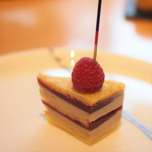 フレンチトーストとフォアグラのミルフィーユこれ、そのまま食べても美味しかったけど、はちみつをつけて食べたらめちゃくちゃ美味しかったです!!!