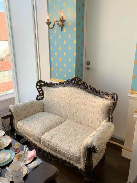 ブルーのお部屋の奥には可愛らしいソファー席がありました。