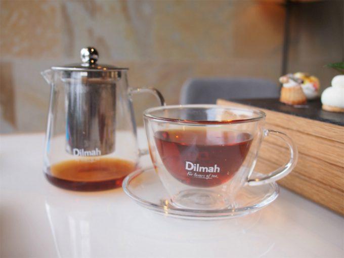 ティーポットとカップ&ソーサーはディルマオリジナル。