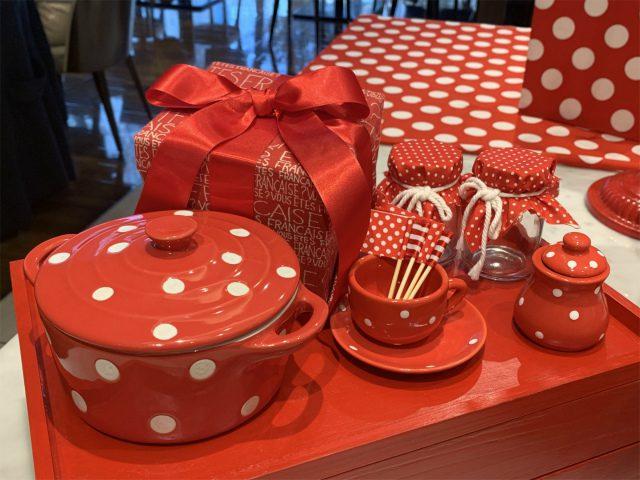 赤と白の水玉の食器やキッチングッズも並んでいました。