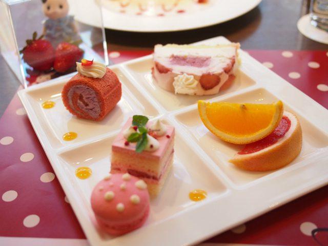 ひまわりちゃんの1皿目。ベリーロールケーキ いちごとヨーグルトのムース、いちごたっぷりホテルの伝統のフレジェ、いちごマカロン