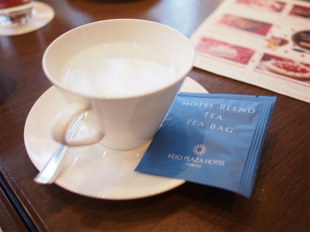 紅茶はティーバッグとお湯の状態でサーブされます。