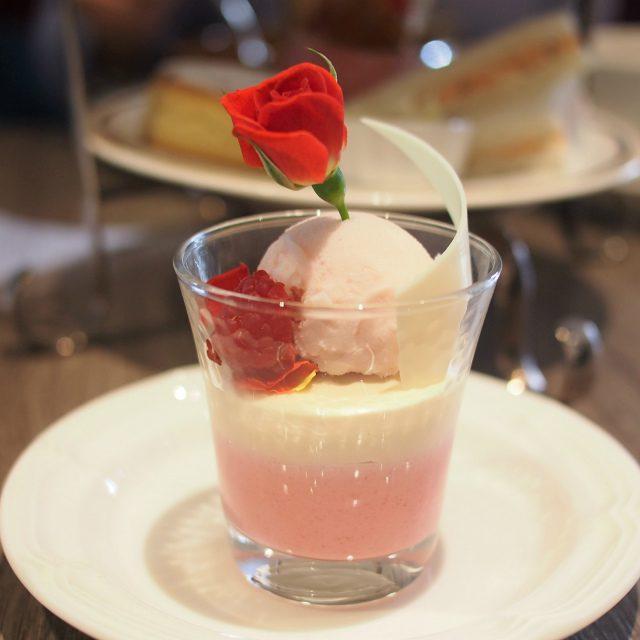 フランボアーズのババロア&セイロンティーのムース バラのアイス添え