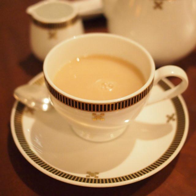 濃くなった2杯目のほうじ茶はミルクティーにしてみました。