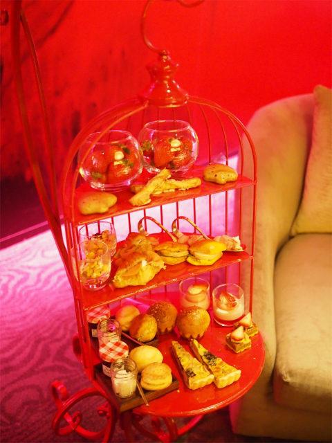 ヒルトン東京「ZATTA」アフタヌーンティー「アリスのパンもEat Me!」2人分のティースタンド。この他、スープとロッシーニバーガーが付きます。
