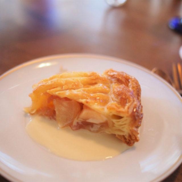 大きめのフィリングのアップルパイ。