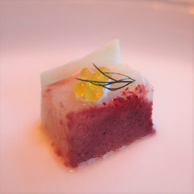苺のパウダーを塗した真鯛のコンフィ ストロベリーサワークリーム