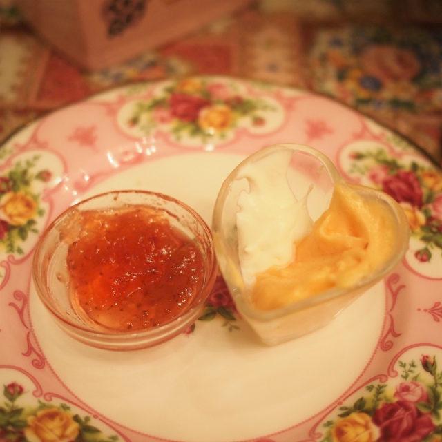 いちごジャムと生クリームとガナッシュクリームスコーンのスプレッドは一番上のプレートにありました。