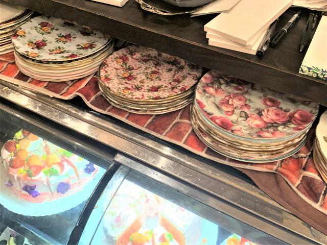 アコリットは食器が選べるお店。ケーキのショーケースの上にあるプレートの中から好きなものを選ぶと、お揃いのカップ&ソーサーとトリオで使わせもらえます。