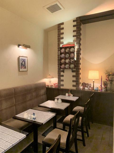 カフェアコリットは1990年創業の老舗のカフェ。お店自体はシンプルなつくりです。