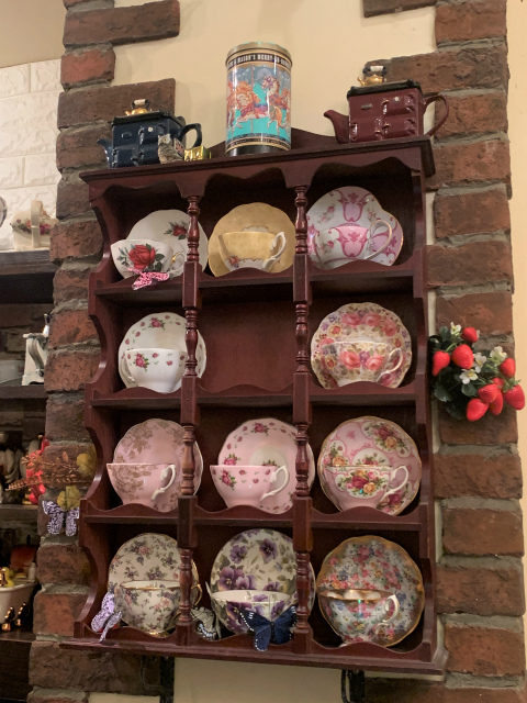 でもお店においてあるティーウェアや小物がどれも可愛くて夢のある空間になっています。ロイヤルアルバートのカップボードはお店の奥と手前にもありました!