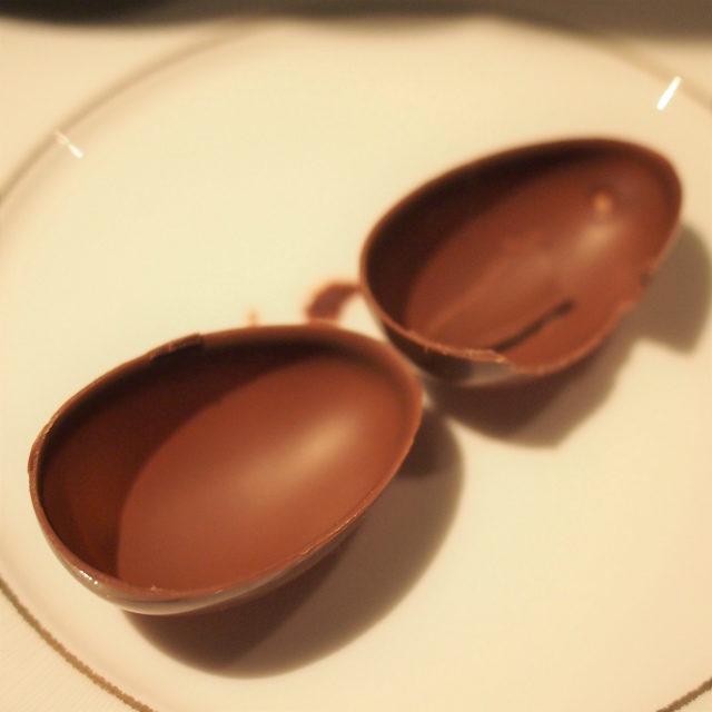 チョコレートの卵は空洞になっています。
